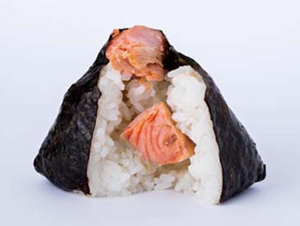 【写真を見る】「米屋のおにぎり屋 菊太屋米穀店」の鮭おにぎり中身/大丸梅田店