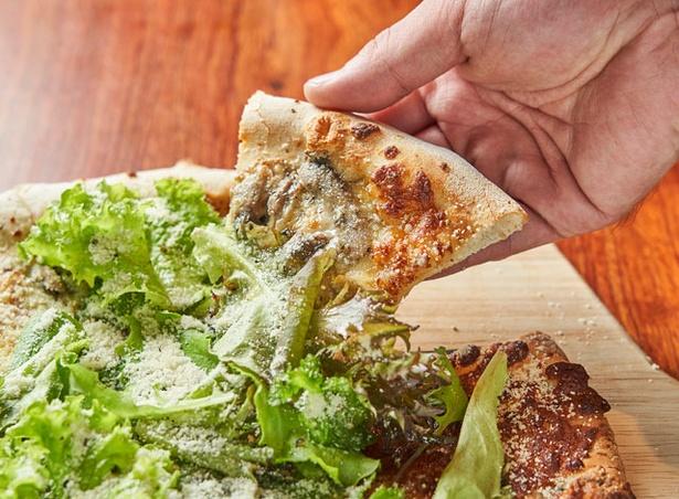 立呑 邑久十 / 糸島産無農薬野菜と トリュフのピザ(2800円・税込)。直径約30㎝で、シェアするのにぴったり。トリュフの香りが際立つ