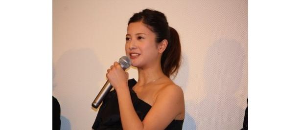 【画像】黒のセクシーなドレスで登場した吉高由里子