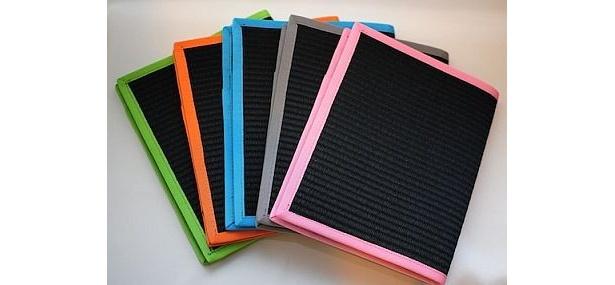 「グリーン/ブラック」「オレンジ/ブラック」「ブルー/ブラック」「グレー/ブラック」「ピンク/ブラック」(左から)