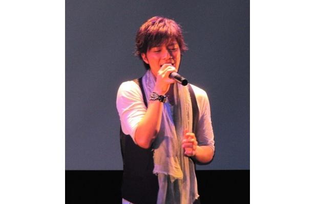 【写真】ファン100人の前で「I LOVE YOU」を熱唱した成宮