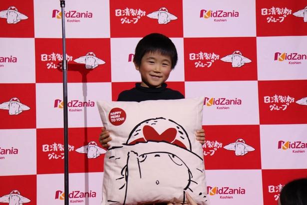 副賞として日清製粉グループのオリジナルキャラクター・コニャラのクッションを持つ受賞者