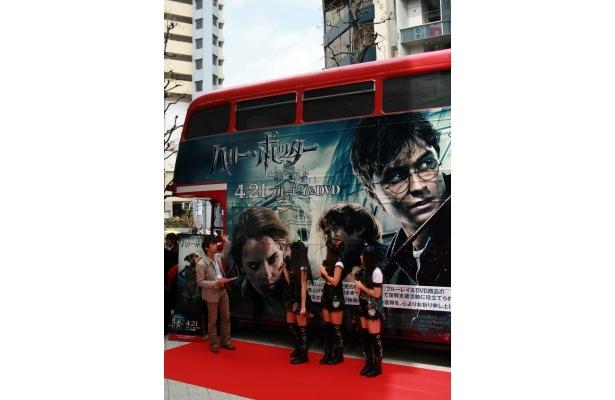 """【写真】ロンドンバス""""ハリー・ポッター号""""の前で行われたイベントのもようはこちら"""