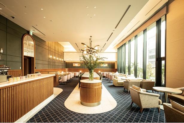 光が降り注ぐフロント併設の3F「カフェ エンパシー」 / 都ホテル 博多