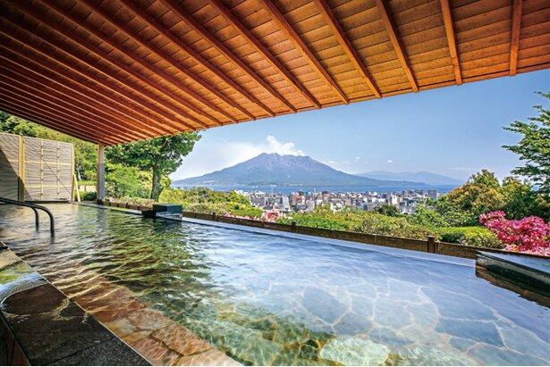 雄大な桜島と市街地を望む。ここでしか見られない景色に満足 / SHIROYAMA HOTEL kagoshima