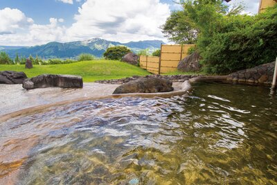 【写真を見る】悠々たる阿蘇五岳の景観。壮大な姿に身も心も癒される / ホテルグリーンピア南阿蘇