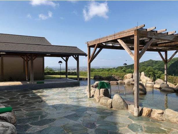 女性の露天風呂。開放感があり、佐賀平野の開けた風景を望める。夕景もおすすめ / ひがしせふり温泉 山茶花の湯