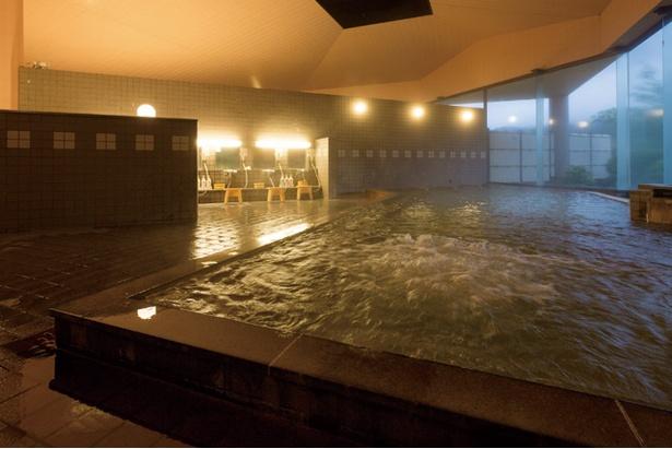 広々とした内湯は単純泉。いろいろな泉質があり、温泉巡りが一か所でできるので楽しい / 九重星生ホテル 山恵の湯