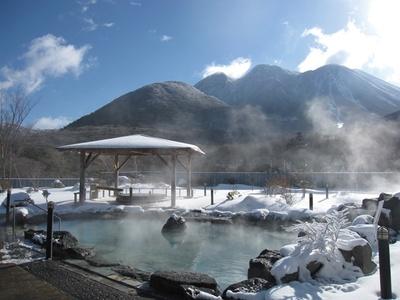 積雪のタイミングにより、雪見風呂になることも。冬限定の絶景に出合えたらラッキー / 九重星生ホテル 山恵の湯