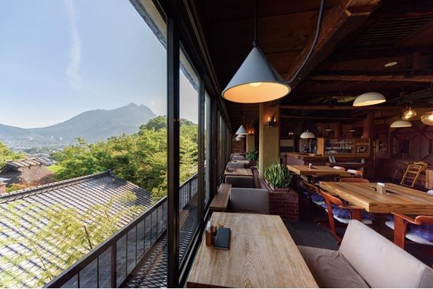 「展望喫茶 BanBan」では、ふもとの町を見下ろしながらティータイムを過ごせる / 山のホテル 夢想園