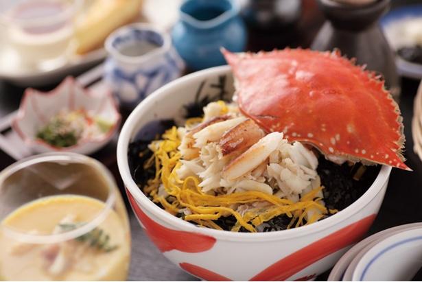竹崎かにを使うオリジナルメニュー「かにまぶし」。ほぐしたカニの身がのるご飯を、カニ味噌など3種のタレで食べよう(2700円) / 星降る露天とかにまぶし 豊洋荘