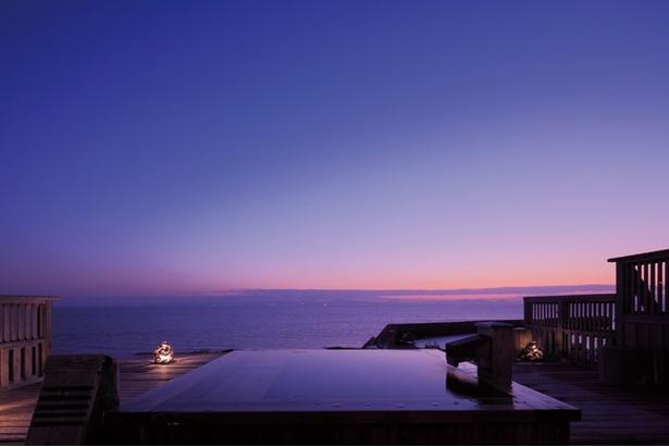多彩な表情を見せる有明海。宿泊者は、夕刻や星空など、昼とは異なる露天も楽しめる / 星降る露天とかにまぶし 豊洋荘
