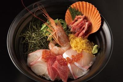 併設の網元食堂では、新鮮な海の幸を使った刺身や定食、丼など素材を生かした料理を味わえる。写真は「海鮮福ふく丼」。1720円(税込) / i+Land nagasaki 長崎伊王島 島風の湯