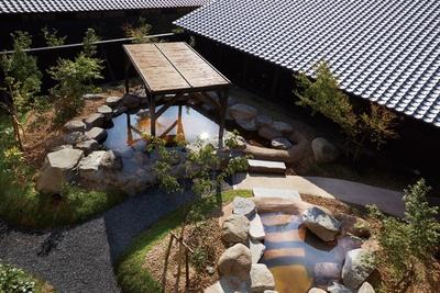 もう一つの露天風呂「庭園露天風呂」。内湯のそばにあり、海側の露天とはひと味違う雰囲気 / i+Land nagasaki 長崎伊王島 島風の湯