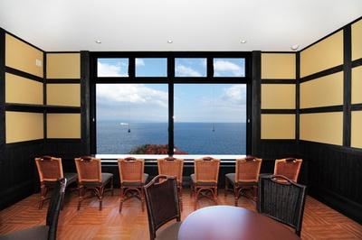 昼は別府湾を行き交う船、夜は街灯りと変化に富んだ光景を。洋室の休憩所からも見える / 神崎温泉 天海の湯