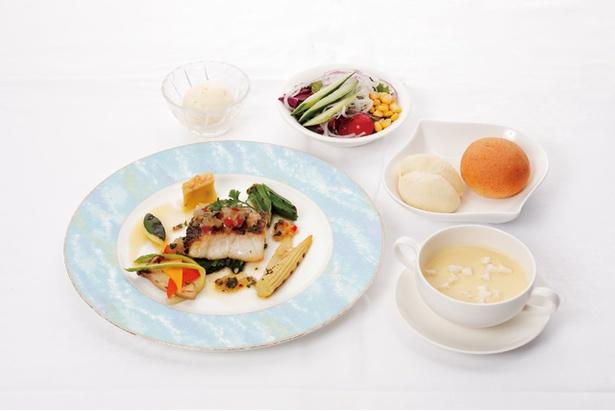レストランのランチメニュー「白身魚のポワレ 2色ソース」は宮崎県産の鯛を使用。1936円(税込) / 日南海岸 南郷プリンスホテル