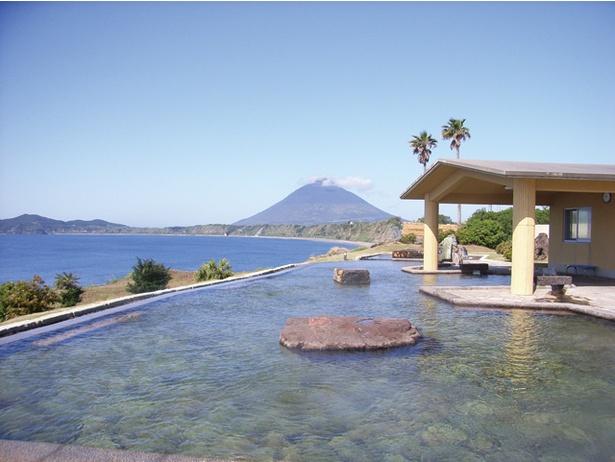 【写真を見る】開聞岳と海の大パノラマ。指宿ならではの景色に感動 / ヘルシーランド露天風呂 たまて箱温泉