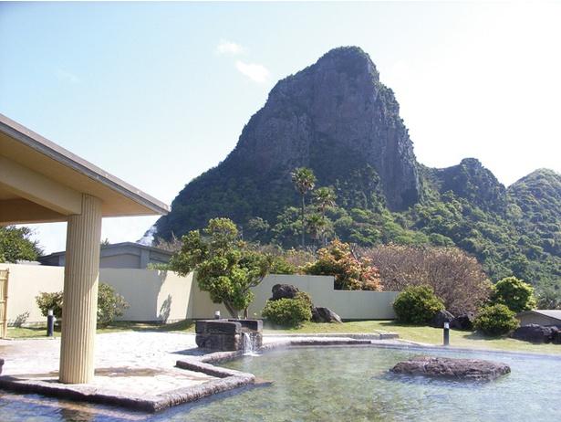 「洋風露天風呂」。仰向けのスヌーピーに形が似ていると話題の竹山がすぐ目の前に! / ヘルシーランド露天風呂 たまて箱温泉