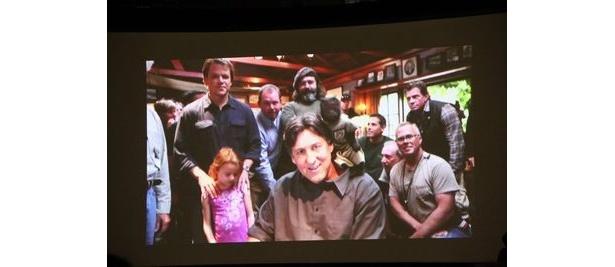 『The Union』で監督を務めたキャメロン・クロウ(中)。マット・デイモン(左)主演の別作品撮影中のため、撮影現場からスクリーンを通じてファンに挨拶