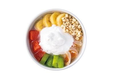 グレープフルーツ、ライチなどの果物と甘さひかえめ&ヘルシーな豆乳ホイップクリームがたっぷりの果物豆花(900円・税込)