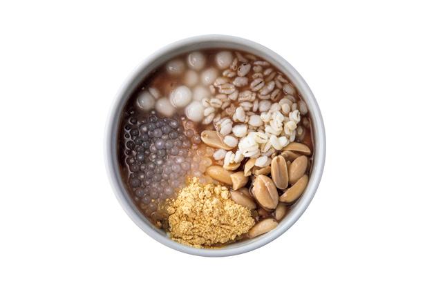 【画像を見る】押し麦、タピオカ、白玉、茹でピーナッツなどがトッピングされたぜんざい風。食感が楽しい明天豆花(800円・税込)