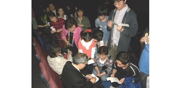作品上映後、しぎの監督のもとにはサインを求めるファンが押し寄せた