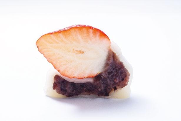 【写真を見る】柔らかでモチモチの餅に自慢の粒あんをたっぷりと!苺大福(つぶあん・278円)/幸福堂 錦店