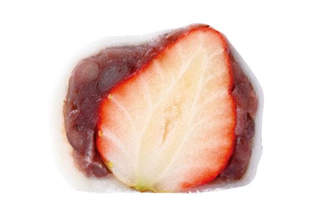 イチゴの甘酸っぱい果汁と粒あんの甘さが口に広がる!名物 いちご大福(粒あん・250円)/松福堂正一