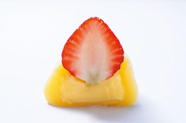 フワフワ食感の餅が絶品新鮮イチゴの旨味も堪能!いちご大福 濃厚カスタード(325円)/STRAWBERRYMANIA 心斎橋店