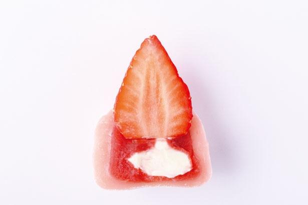 イチゴの風味が口に広がる洋菓子のようなおいしさ!いちご大福 いちご餡 ~ヨーグルトソース入り~(325円)/STRAWBERRYMANIA 心斎橋店