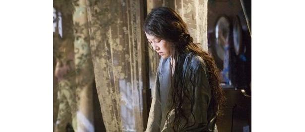 菊地凛子は事件の鍵を握る重要な役どころを演じる