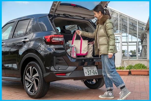 デッキボード上段時の荷物容量は369L。家族4人で乗っても十分なゆとりを確保しているので、「後席乗車時でも荷物をたっぷり入れられるんですよ」とママ