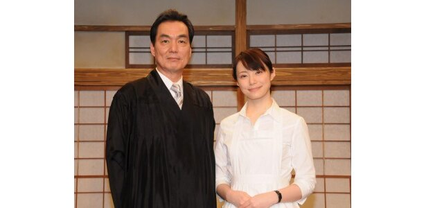 【写真】主人公・達彦役の長塚京三(写真左)、家政婦・冴子役のミムラ(同右)