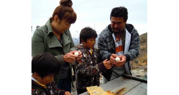 佐々木健介ファミリーは、箱根・大涌谷で温泉タマゴを堪能