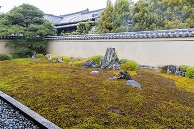 龍源院の方丈北側に広がる三尊石組からなる室町時代の枯山水庭園、龍吟庭