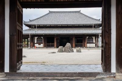 臨川寺の中門から見た景色。枯山水の石庭の先に本堂がある