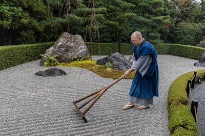 【写真を見る】砂紋をひく退蔵院 副住職の松山さん