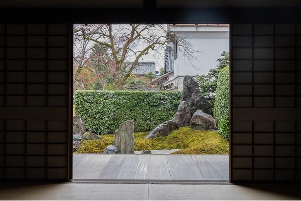 大徳寺 瑞峯院の方丈(本堂)内から枯山水の庭を眺める。実に京都らしい景色だ