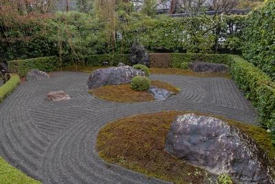 妙心寺 退蔵院にある陰の庭。白ではなく黒砂で砂紋が描かれていることに注目