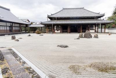 龍華三会の庭。中央の三尊石が、それぞれ釈迦如来、文殊菩薩、普賢菩薩を意味している