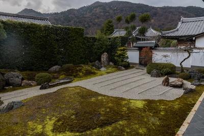 弘源寺の嵐山を借景とした石庭