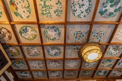 毘沙門天が鎮座する天井には、四季草花四十八面の絵画が描かれている