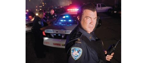 警察官姿がびしっと決まっている