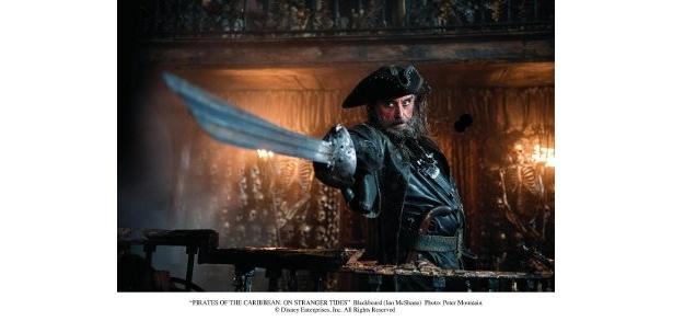 英国人俳優イアン・マクシェーンが扮する黒ひげ