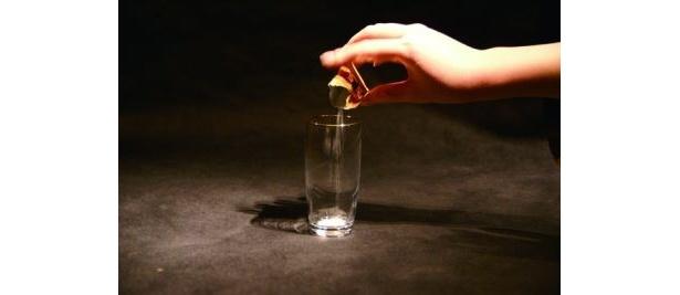 【画像】まずはグラスに「泡を楽しむコラーゲン」を1包入れる