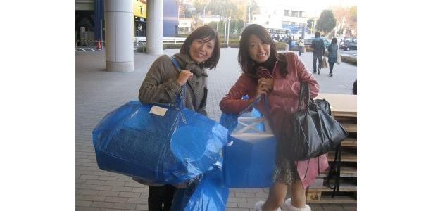 参加者の江口さんとお友達。2人とも両手いっぱいの荷物