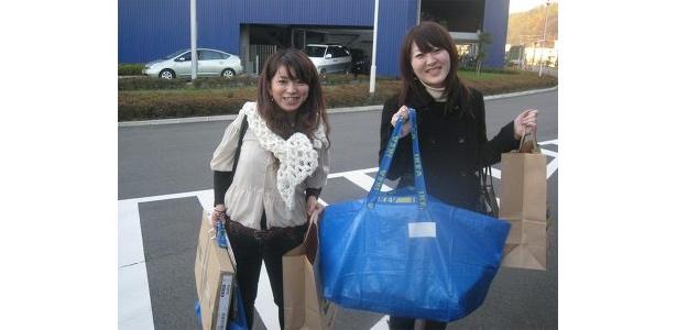 参加者の浅井さんとお友達。物色していたコートかけもお買い上げ