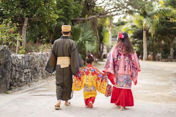 藍ちゃんに歩幅をあわせ、ゆったりとした沖縄時間を楽しむ
