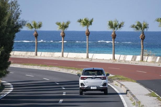 沖縄の青い海に白い車体が映える。トヨタ新型コンパクトSUV「RAIZE(ライズ)」ならどんな道でも安定した走行が可能