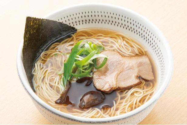 焼きアゴ8、煮干2の割合で合わせたスープ。豚肩ロースチャーシュー以外の肉系素材は使っていない / 焼きあごだし拉麺きわみ 中洲店